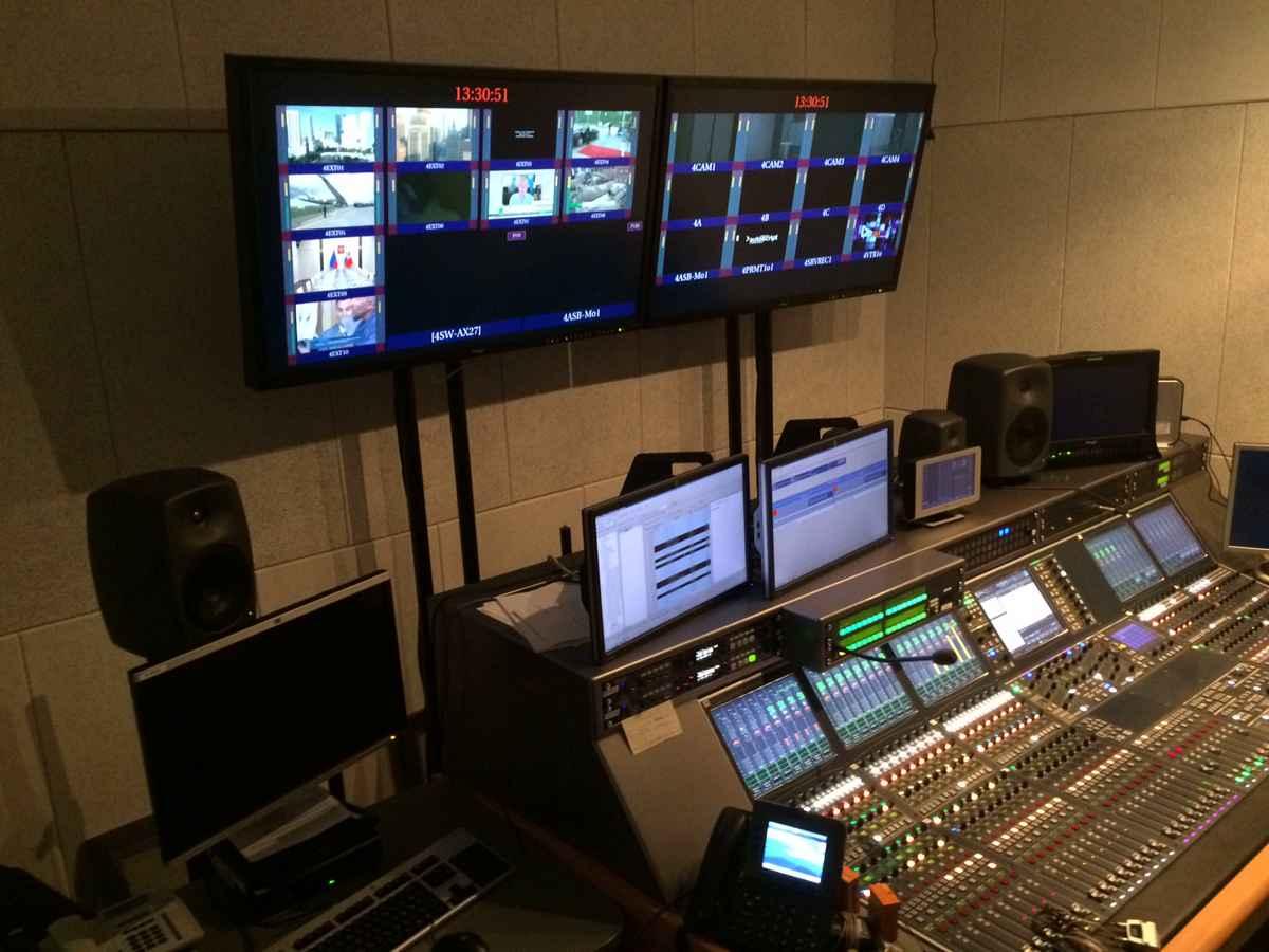 стойки для телевизионного оборудования в телевизионной студий